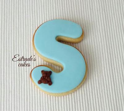 galleta de inicial de bebe en azul, hecha con fondant