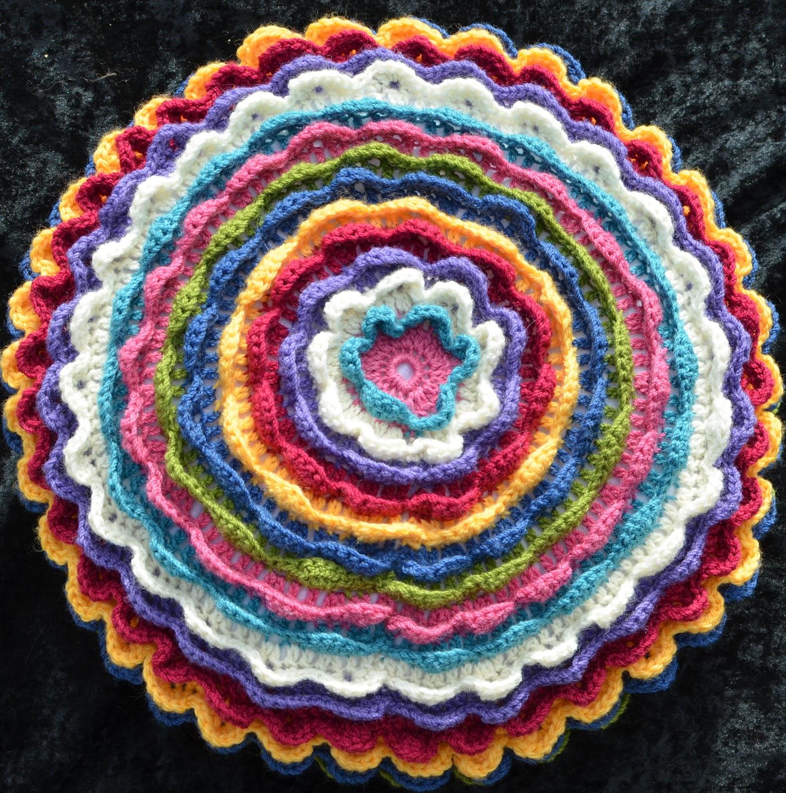 Вязание крючком подушка цветок 44