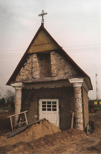 Radoszyce, ul. Konecka, kapliczka św. Rocha podczas prac konserwatorskich w 2002 r. Fot. Tadeusz Czarnecki.