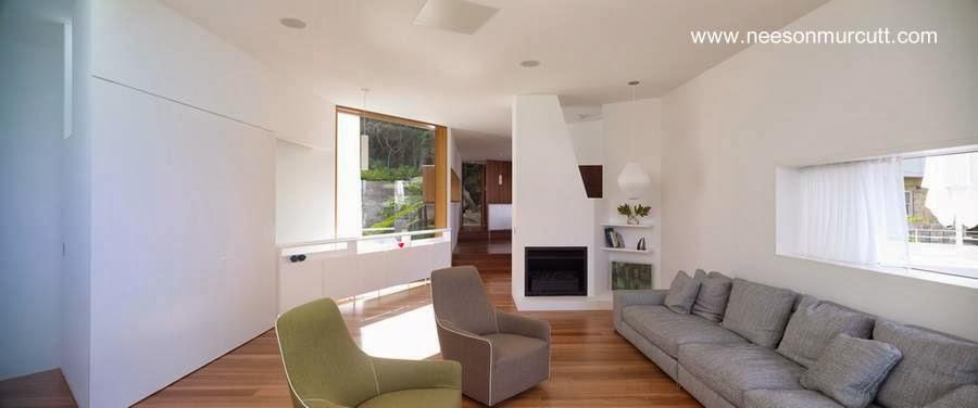 Sala de estar en el nivel medio de la casa de playa australiana