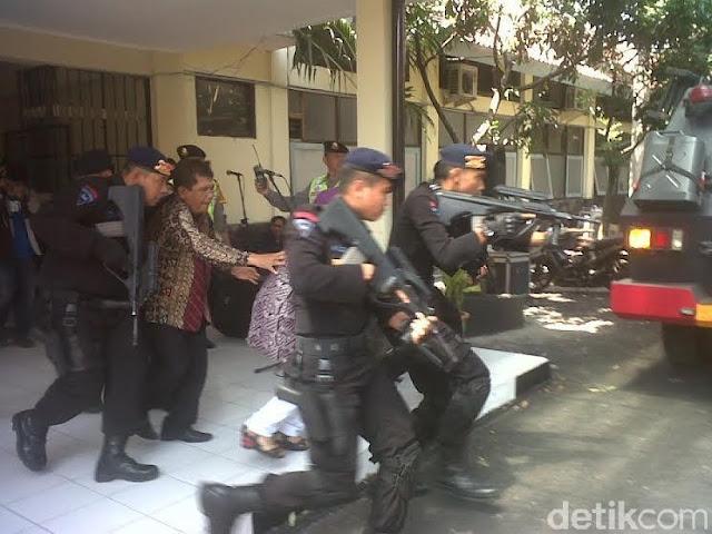 Polisi Selamatkan Sandera dan Jinakkan Bom Saat Pengamanan Pilkada