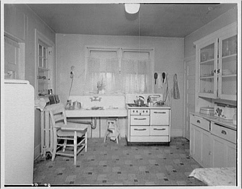 In the boat with vivian a typical kitchen of the 1930 39 s for 1930 s kitchen cabinets