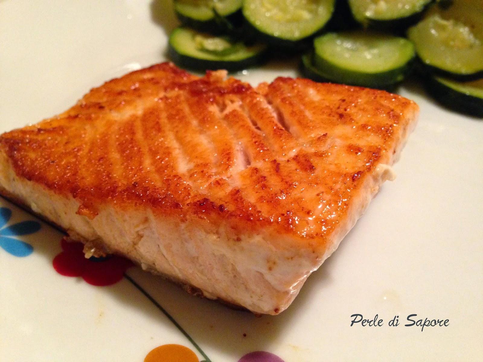 salmone croccante in padella con zucchine trifolate