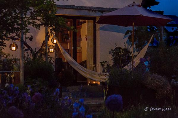 gartenblog geniesser garten staudenbeete rosen und solar teelichter im juni garten. Black Bedroom Furniture Sets. Home Design Ideas
