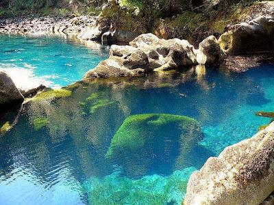 Bello Paisaje de Agua Turquesa en Chile