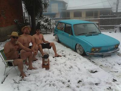 Trio flagrado só de bermudas na neve em Caxias do Sul_01
