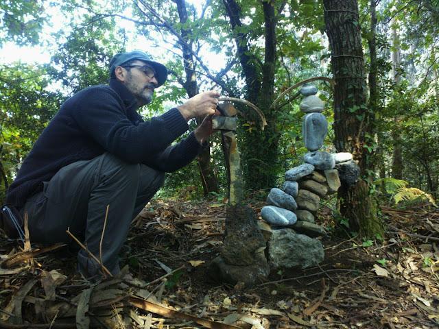 bosque Beresi, land art, paisaje humano, piedras en equilibrio, Robert Garay, stone balanced,