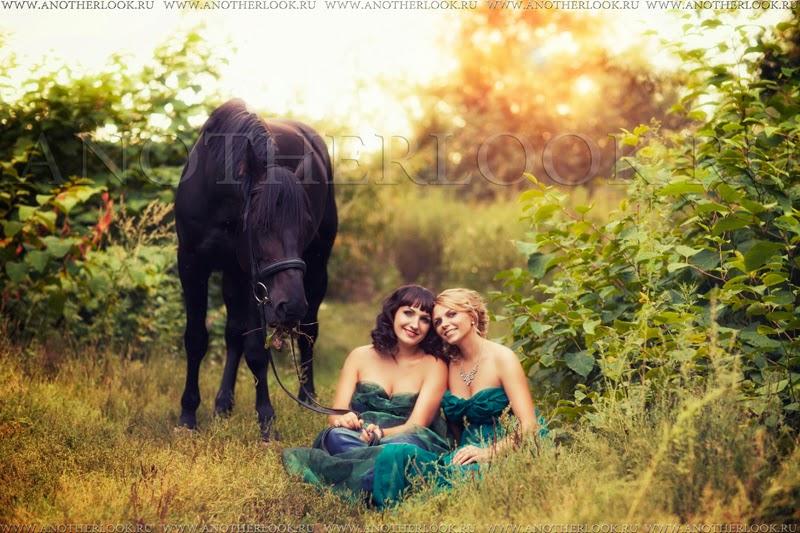 две подруги на фотосесии с лошадкой