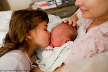 bayi lahir, bayi lucu, momen melahirkan, momen mengharukan, ibu melahirkan