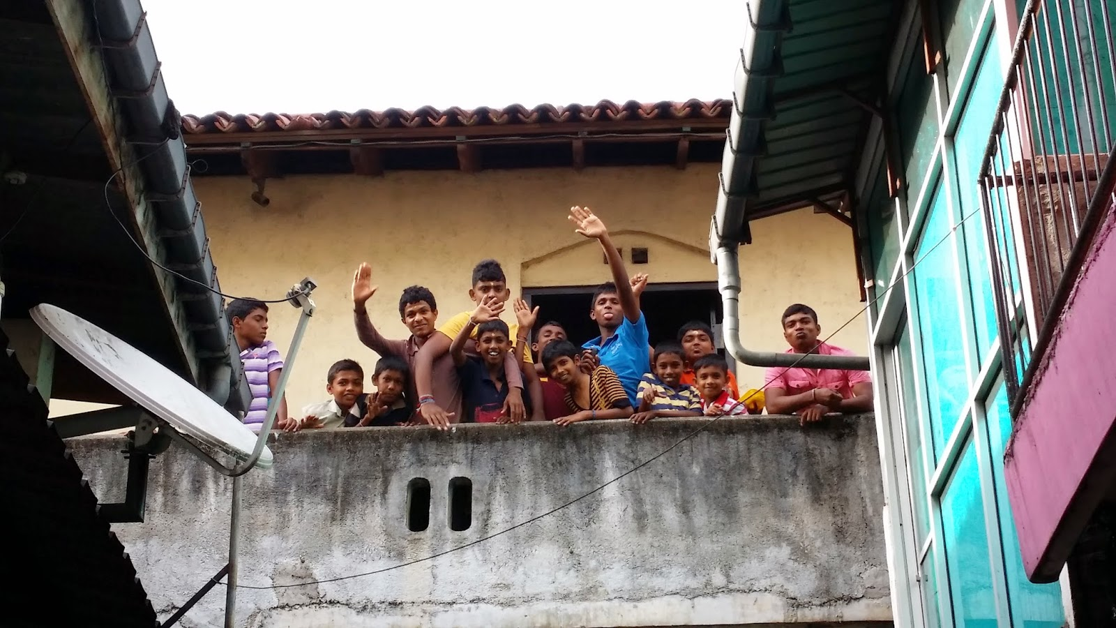 Niños en la celebración del Esala Perahera de Kandy (Sri Lanka)