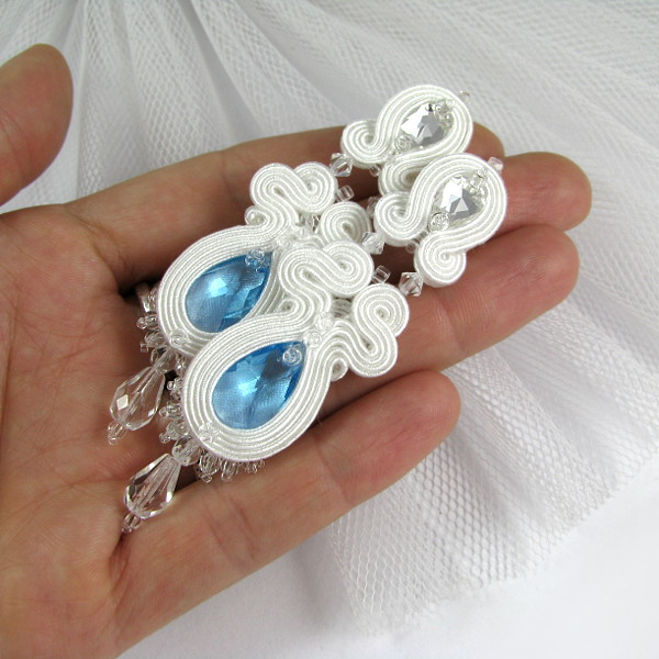 Smukłe kolczyki ślubne sutasz z niebieskimi akcentami