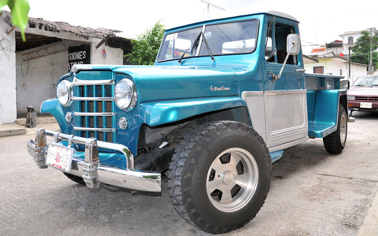 Jeep Willys antiguo en color azul - Old blue car