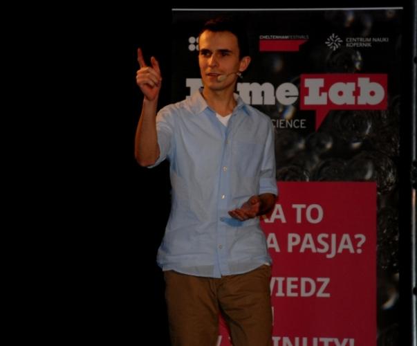 Tomasz Jakubek - jeden z finalistów FameLab 2014 - fot. www.granty-na-badania.com