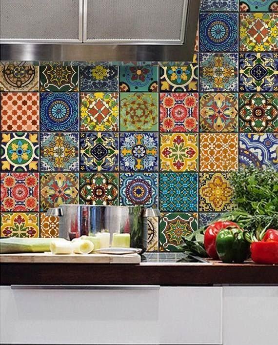 Mutfakta tezgah arasında desenli renkli seramik ve çiniler