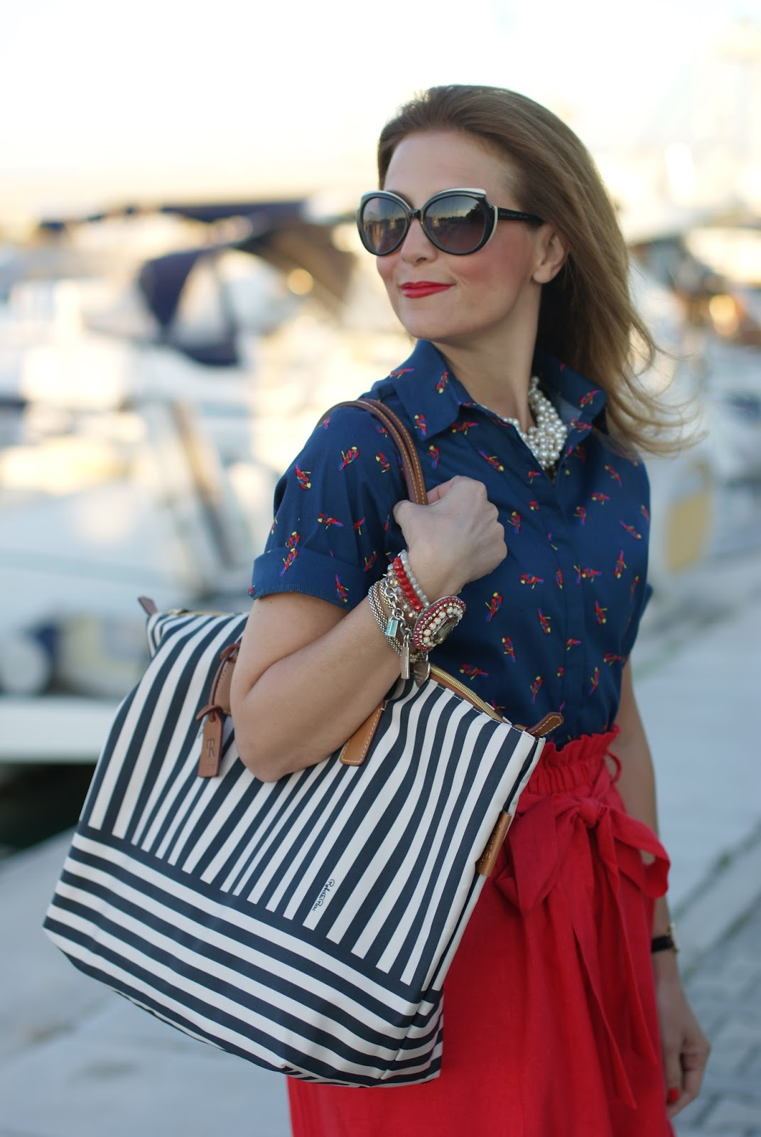Chic holiday stile with a Robertina stripe bag and parrot print shirt on Fashion and Cookies fashion blog