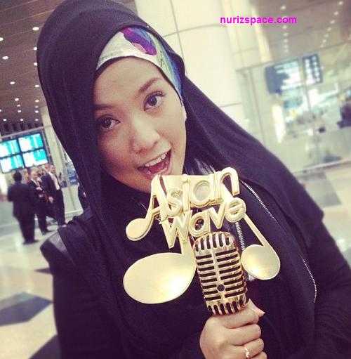 Gambar Shila Amzah Bersama Piala Asian Wave Di KLIA