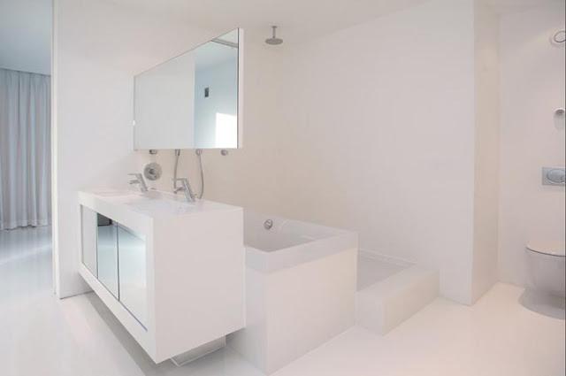 Ванная комната в необычном и красивом кирпичном доме