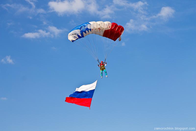 Шоу парашютистов. День города в Саранске