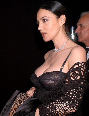 monica_bellucci_wallpaper_in_black_bra_sweetangelonly.com