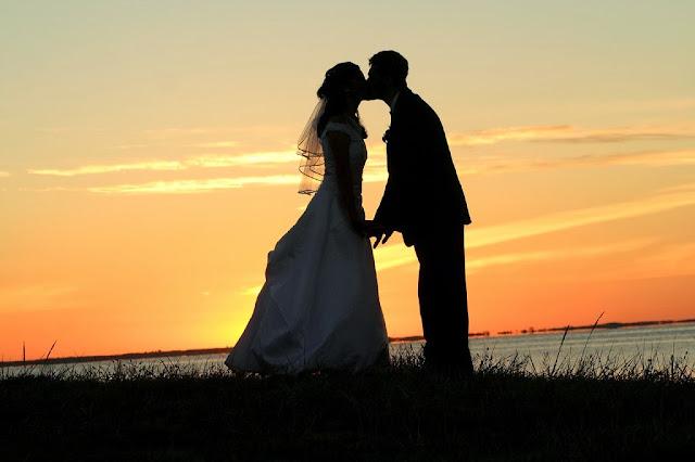 жених и невеста целуются
