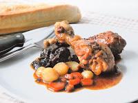 Estofado de pollo con ciruelas, canela y salsa de mostaza a la antigua