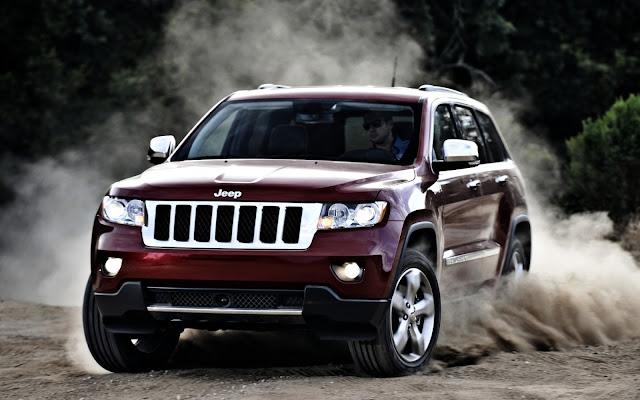 Jeep Grand Cherokee derrapando en la tierra