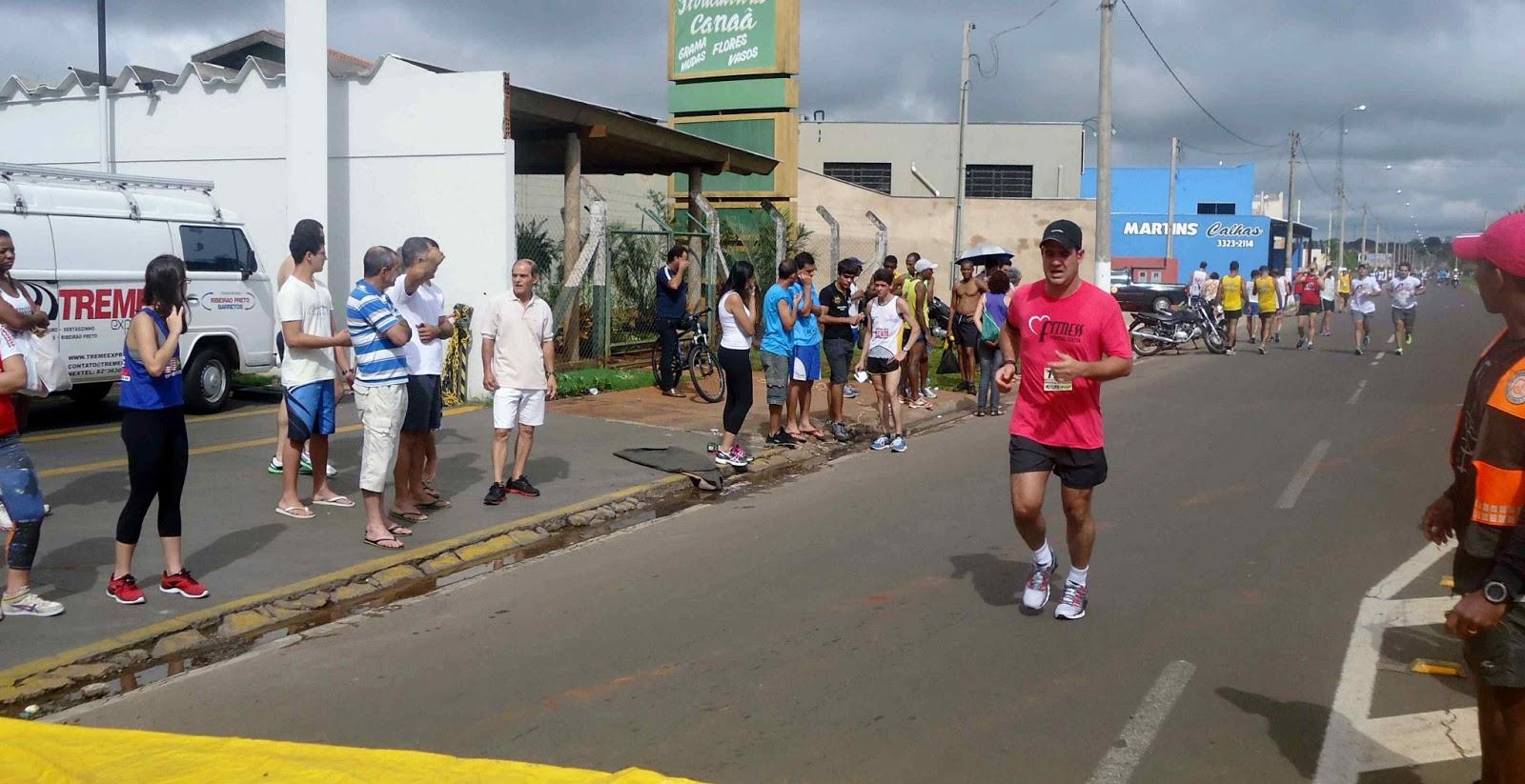 Foto 163 da 1ª Corrida Av. dos Coqueiros em Barretos-SP 14/04/2013 – Atletas cruzando a linha de chegada