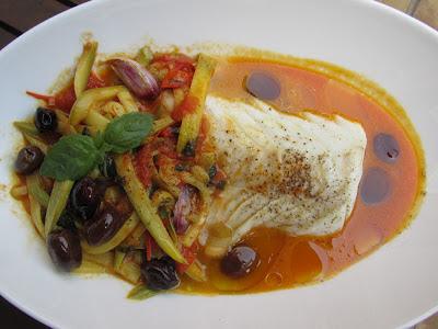 merluzzo con olive zucchine e pelati