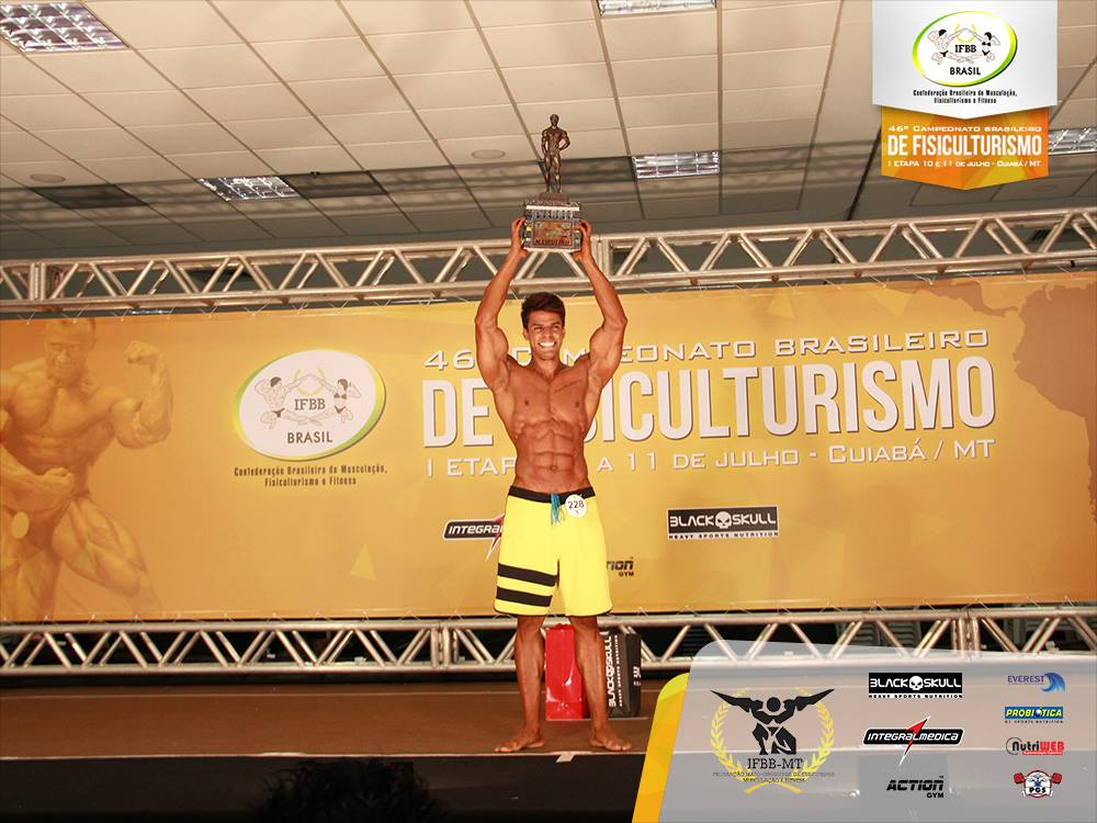 Matheus Nery ergue o troféu de Campeão Overall Men's Physique. Foto: Divulgação