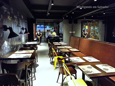 Yellow Easy Foods: Ambiente do andar térreo