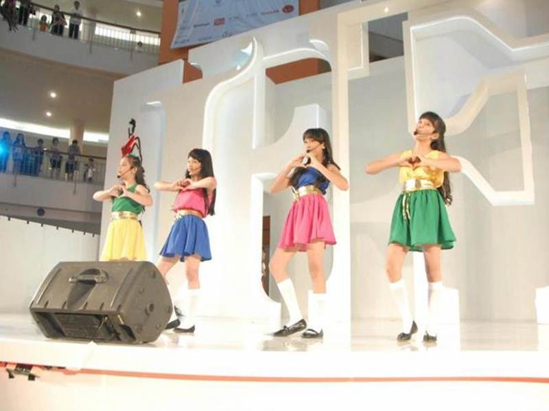 Foto Girl Band Bessara Live Tampil Menyanyi