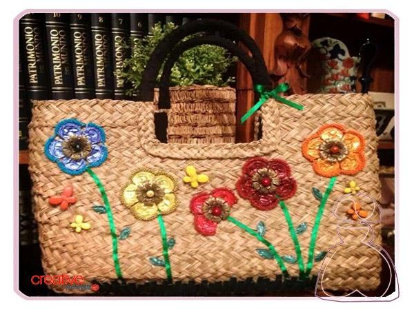 Bolso de rafia decorado a mano con capsulas de café por Sylvia Lopez Morant
