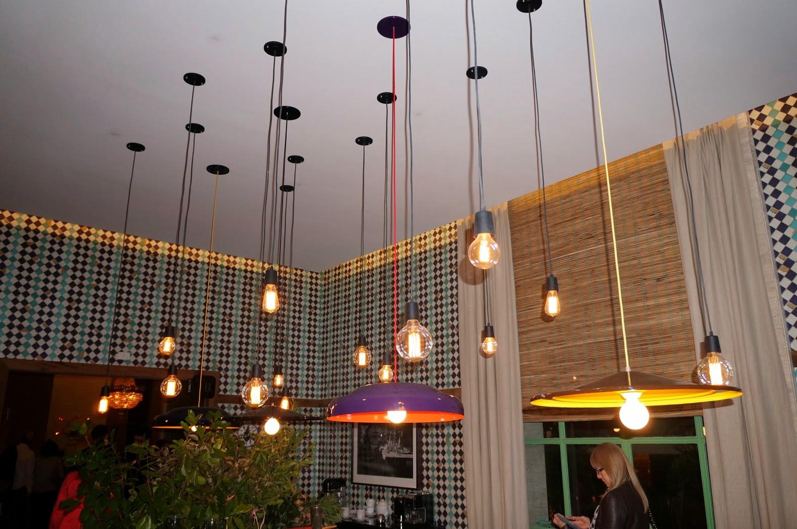iluminação sobre a mesa com pendentes pequenos - Casa Cor SP 2014