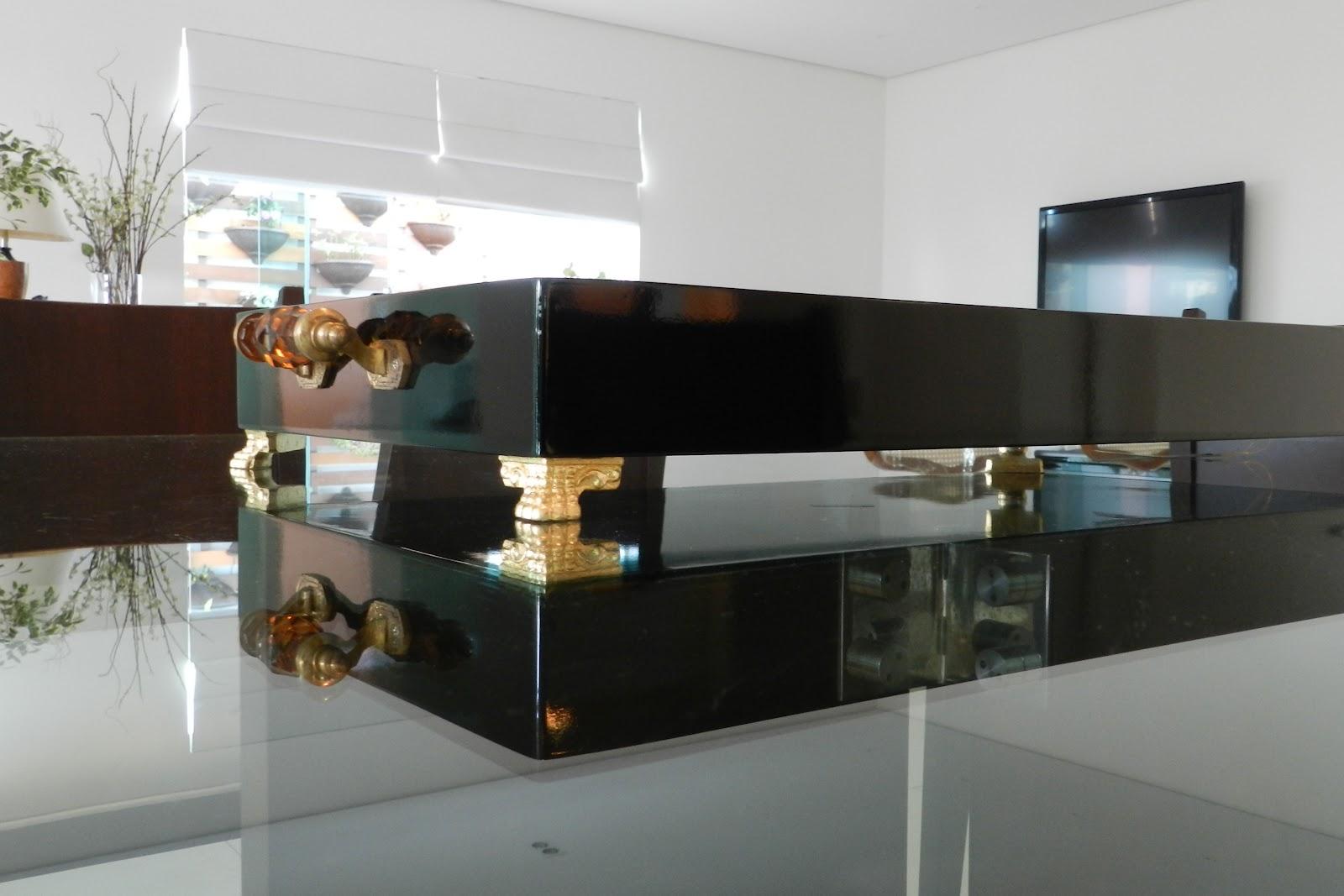 Bandeja de laca preta com fundo de espelho alças com detalhe em cor  #64482D 1600x1067