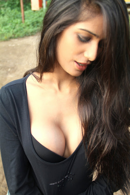 Poonam Pandey Hot Twitter Pics Encouraging Cricket Team INDIA