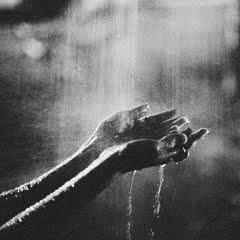 руки под дождем