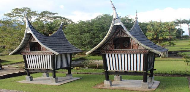 Sekilas Gambaran Rangkiang Rumah Gadang Minangkabau