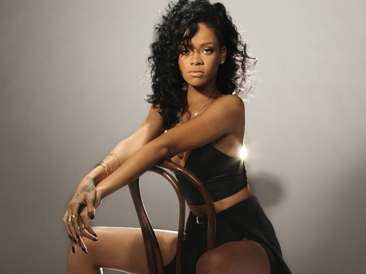 http://4.bp.blogspot.com/-hLH0AzhMs38/UQkfJMzK7DI/AAAAAAAABPE/BypfvYxruvg/s1600/Rihanna+Latest+wallpapers+2013+10.jpg