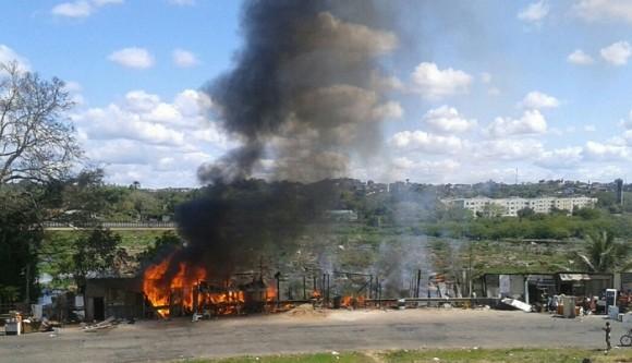 Incêndio destroi barracos em Itabuna (veja video)