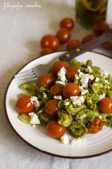 Makaron z pesto ze szpinaku i pomidorkami