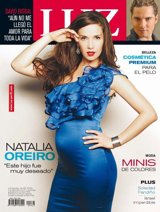 c98e776de Cover Girl  One Shouler nuevamente. Vestido azul de la próxima temporada de  Las Oreiro para la portada de la Revista Luz