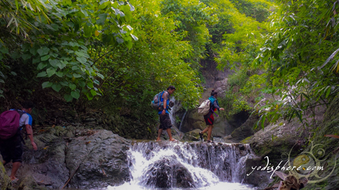 Hikers crossing waterfalls going up Payaran Falls