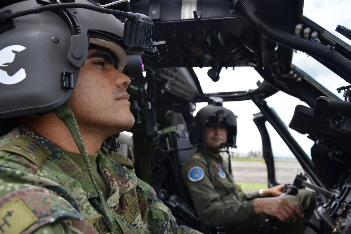 Las tripulaciones de helicopteros UH-60 Black Hawk de la División de Aviación Asalto Aéreo (DAVAA) del Ejército Nacional pudieron conocer de primera mano los adelantos tecnológicos instalados recientemente en los helicopteros AH-60 Arpía, entre ellos el sistema ANVIS/HUD-24.