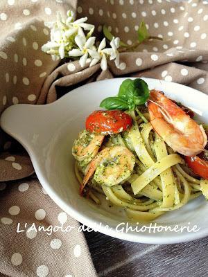 fettuccine al pesto genovese senz' aglio, mini san marzano e mazzancolle tropicali