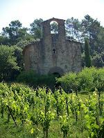 Façana principal de l'ermita de la Santa Creu de la Plana