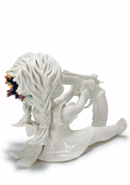 Maria Rubinke esculturas porcelana surreais sangue crianças macabras Cabeça estourada