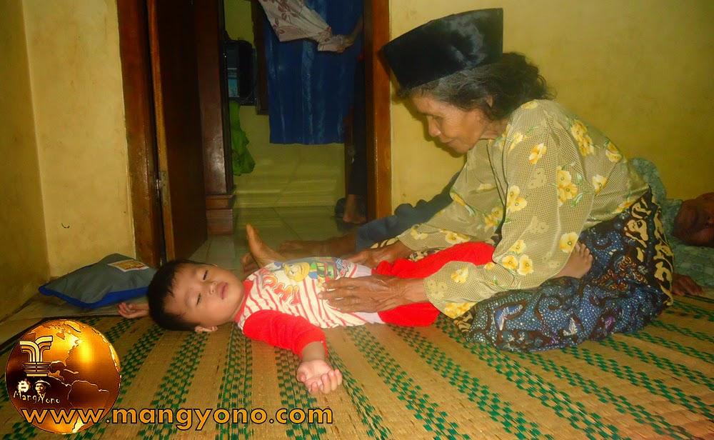 Uyut sedang mendongeng untuk Gigin .... Kalau dalam cerita ada kakek - kakek, Uyutnya memakai aksesoris Kopiah ... Hehee