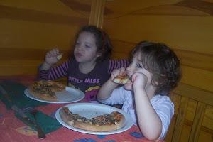 zajadamy sie pizzą