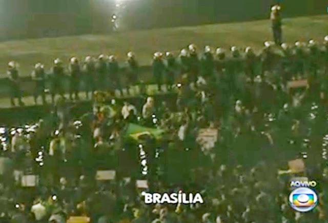 Facebook./ Jornal Nacional 40 mil manifestantes em Brasília. Quebra-quebra, tumultos no Itamarati com tentativa de invasão resulta em manifestantes, policiais e jornalistas feridos sem gravidade.