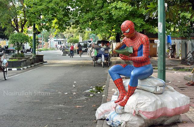 Spiderman-nya lagi makan nasi bungkus
